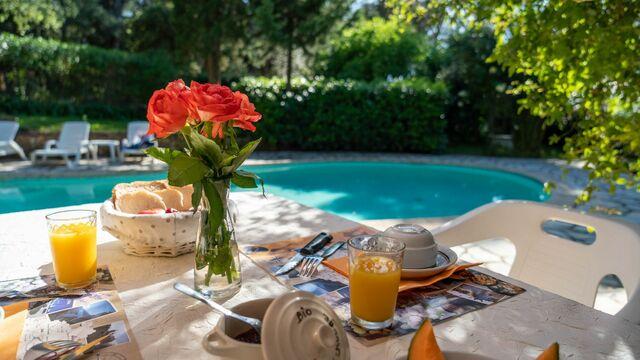 Petit-déjeuner face à la piscine