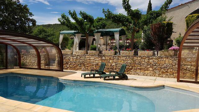 Profitez de la piscine lors des journées ensoleillées