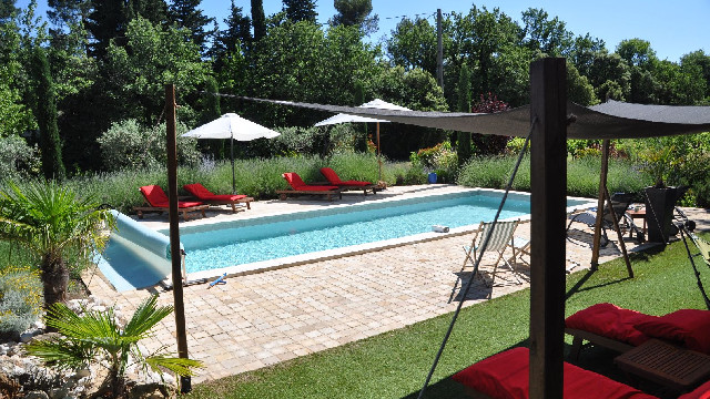 Profitez de la piscine en saison