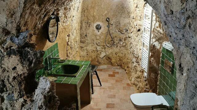 La salle de bain dans la roche