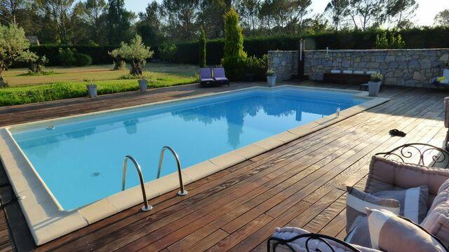 Moment de détente au bord de la piscine