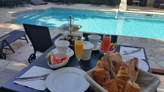 Votre petit-déjeuner au bord de la piscine
